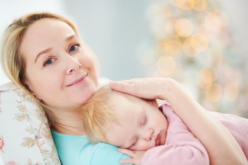 Close-up van het gezicht van een slaapbaby Moeder met baby rust royalty-vrije stock foto