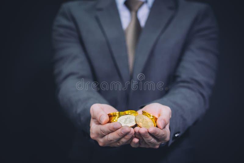 Close-up van het hoogtepunt van zakenman` s handen van bitcointeken van muntstukken royalty-vrije stock afbeeldingen
