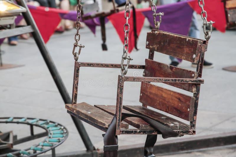 Close-up van het ijzer en de houten zetel van een vrolijk-gaan-ronde royalty-vrije stock fotografie