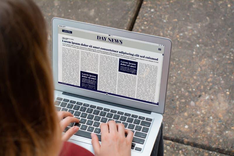 Close-up van het jonge Brekende Nieuws van de vrouwenlezing op laptop stock foto