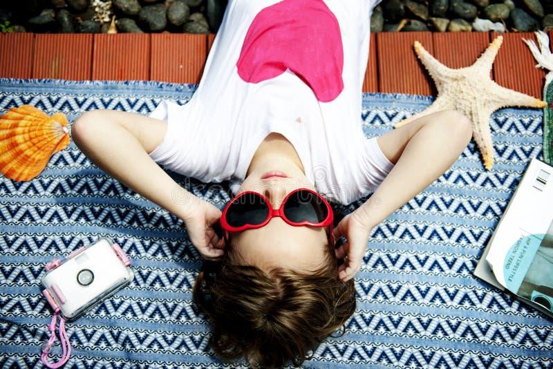 Close-up van het jonge Kaukasische meisje liggen onder de zon stock fotografie