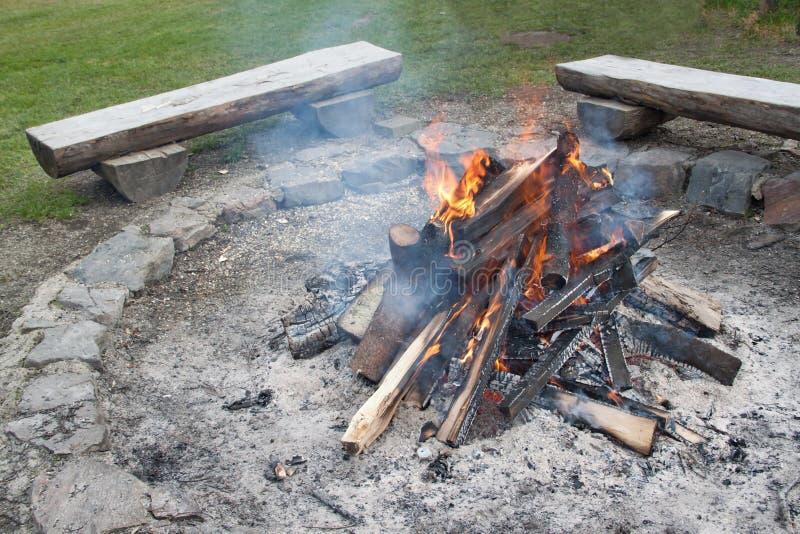 Close-up van het kamperen brand wordt geschoten die stock afbeelding