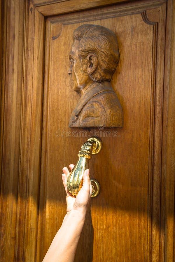 Close-up van het kloppen op deur met deurkloppers royalty-vrije stock foto's