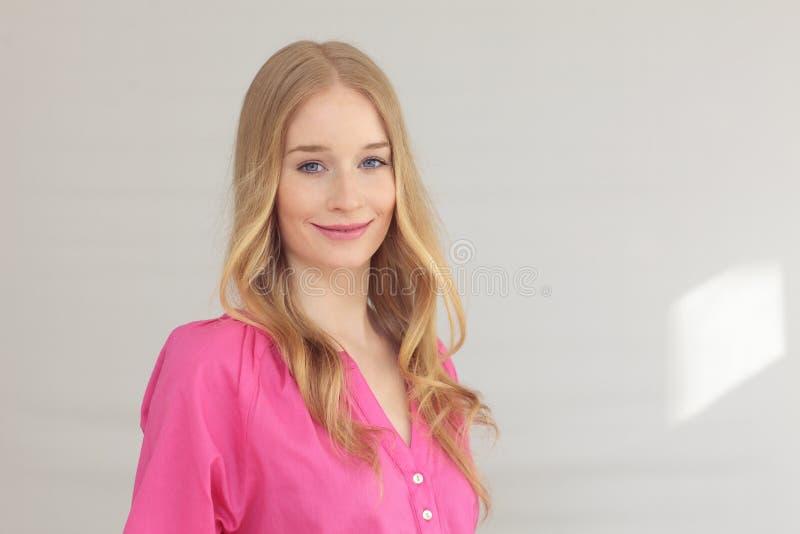 Close-up van het mooie jonge vrouw glimlachen stock fotografie