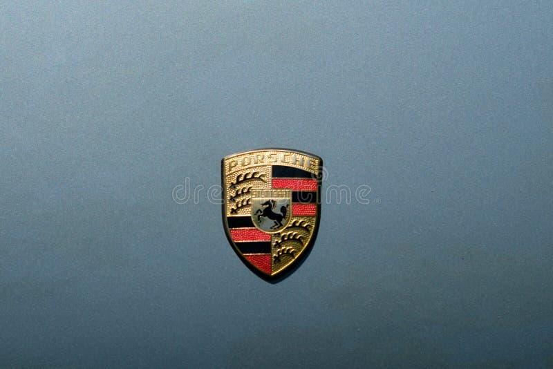 Close-up van het PORSCHE-de embleemontwerp/merknaam op autobonnet bij royalty-vrije stock fotografie