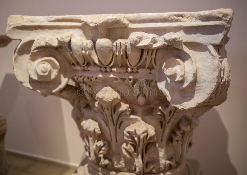 Close-up van het prachtige overladen detail op de kolommen van de zuidenvoorgevel wordt geschoten van St Pauls Cathedral in Londe royalty-vrije stock afbeelding