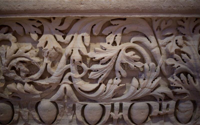 Close-up van het prachtige overladen detail op de kolommen van de zuidenvoorgevel wordt geschoten van St Pauls Cathedral in Londe stock foto