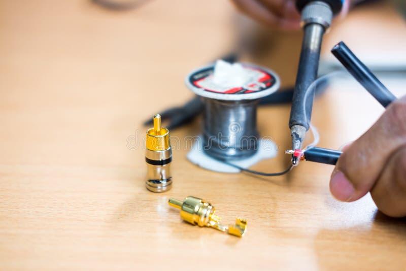 Close-up van het solderen van de kabel, de Reparatie en de aanpassing van RCA van het materiaal royalty-vrije stock fotografie
