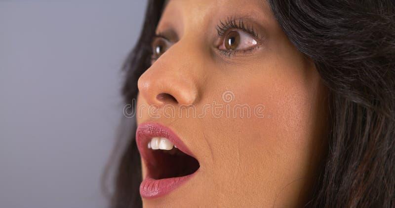 Close-up van het Spaanse vrouw verrast kijken royalty-vrije stock afbeeldingen