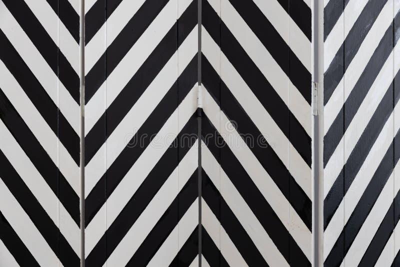 Close-up van het vouwen van het houten die verdelingsscherm door visgraat zwart-witte kleur wordt geschilderd stock afbeelding