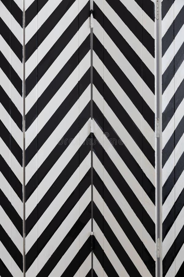 Close-up van het vouwen van het houten die verdelingsscherm door visgraat zwart-witte kleur wordt geschilderd royalty-vrije stock foto