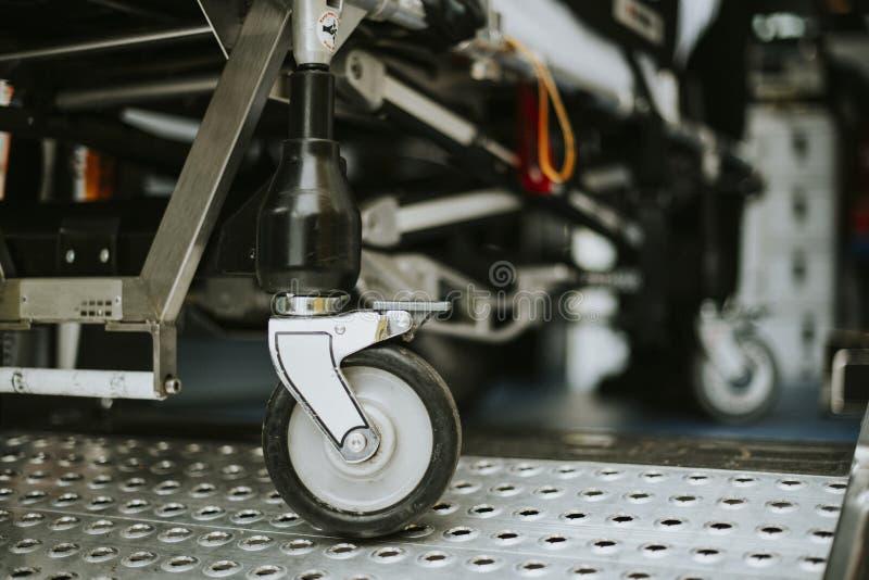 Close-up van het wiel van de ziekenwagenbrancard stock foto
