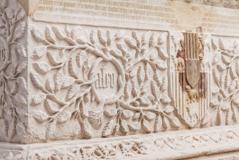 Close-up van het zeer overladen Gotische graf van Dom Pedro de Menezes en vrouw royalty-vrije stock afbeeldingen