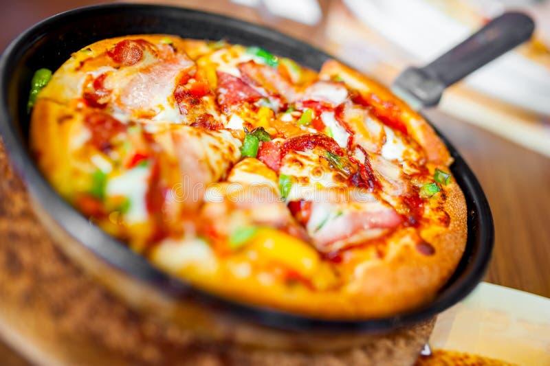 Close-up van hete pizza met verse ingrediënten en groenten stock afbeeldingen
