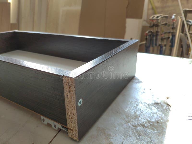 Close-up van houtbewerking en meubilair die concept maken De timmerman in de workshop merkt uit de details van het meubilairkabin stock afbeelding
