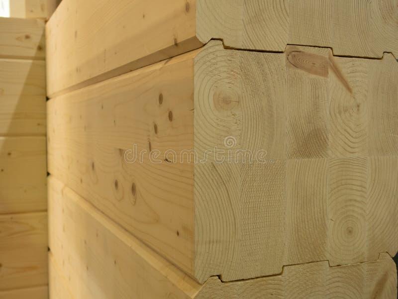 Close-up van houten die logboekhuis van gestapelde houten bars wordt gemaakt stock foto