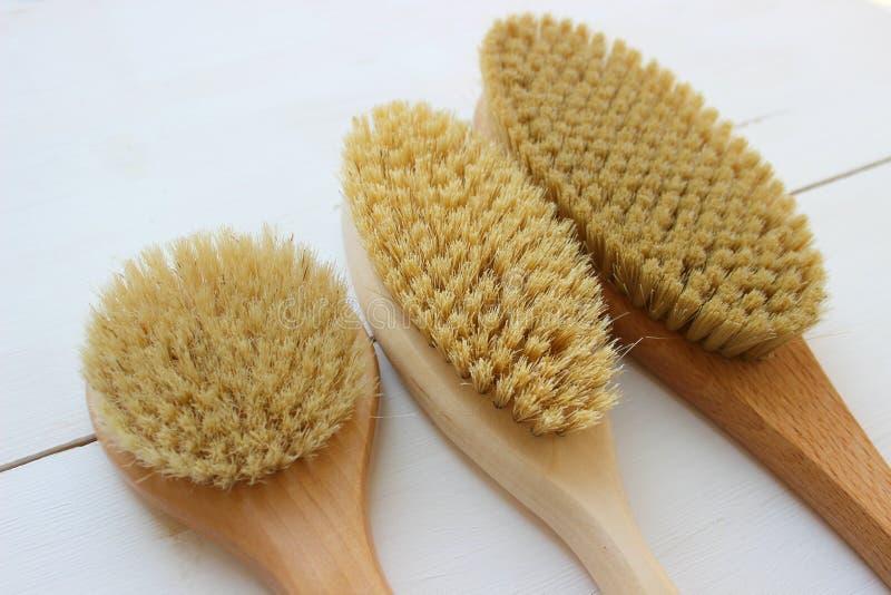 Close-up van houten massageborstel dat op witte achtergrond wordt geïsoleerd Borstel voor droge massage Anti-anti-cellulitemassag royalty-vrije stock fotografie
