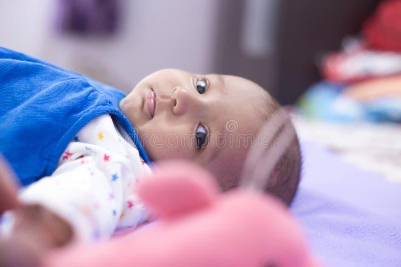 Close-up van Indische Baby in gedachten royalty-vrije stock fotografie