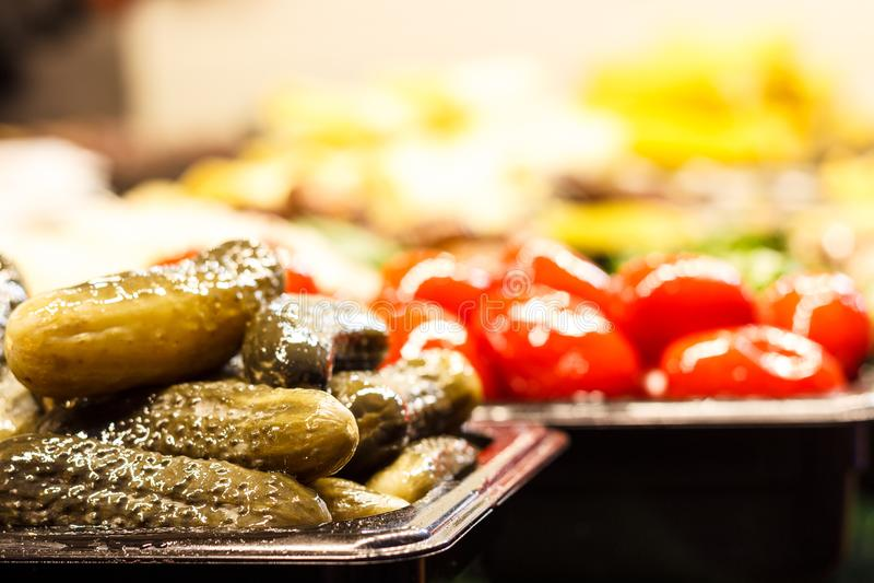Close-up van ingelegde groene komkommers met dille en kruiden stock afbeelding
