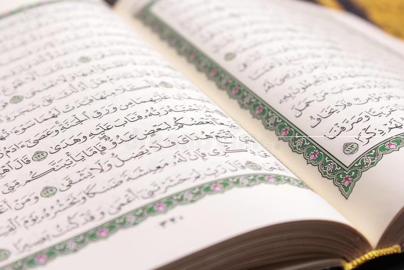 Close-up van Islamitisch Boek Heilige Quran royalty-vrije stock foto's