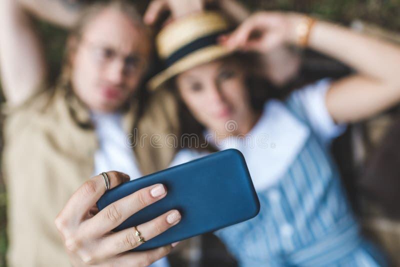 close-up van jong gelukkig paar wordt geschoten die selfie nemen die stock foto