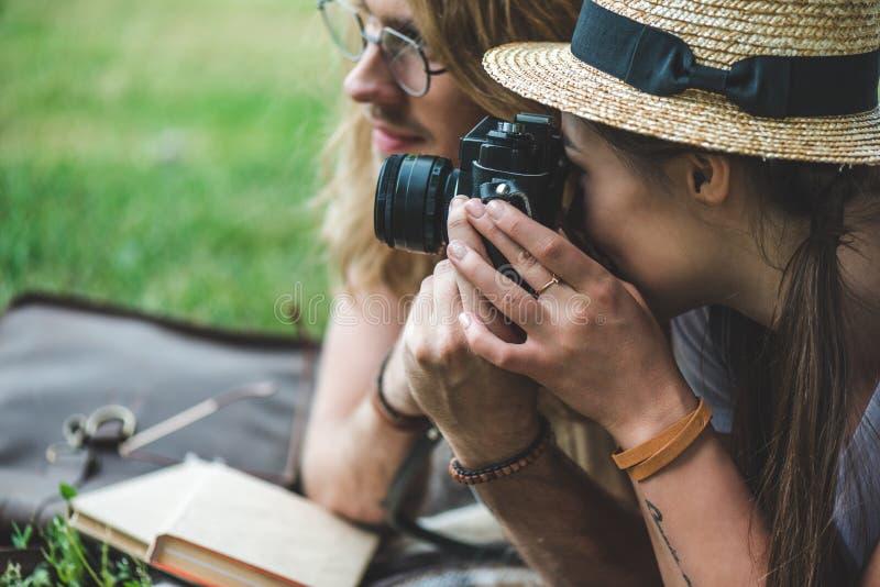close-up van jong paar wordt geschoten die foto's nemen die royalty-vrije stock foto