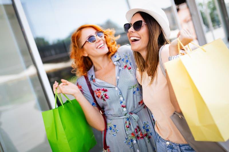 Close-up van jonge gelukkige vrouwen met kleurrijke het winkelen zakken stock foto
