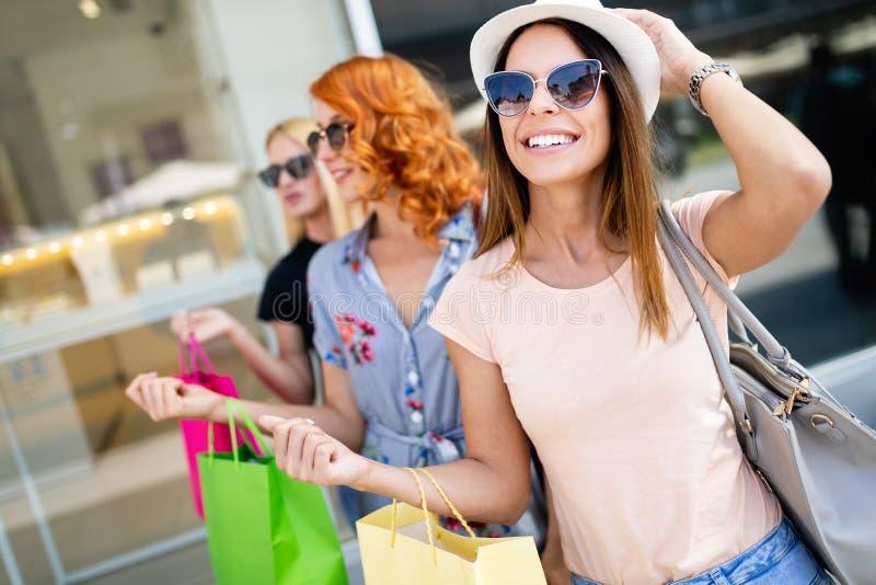 Close-up van jonge gelukkige vrouwen met kleurrijke het winkelen zakken royalty-vrije stock afbeelding