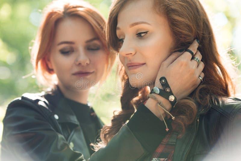 Close-up van jonge rebelse meisjes stock foto