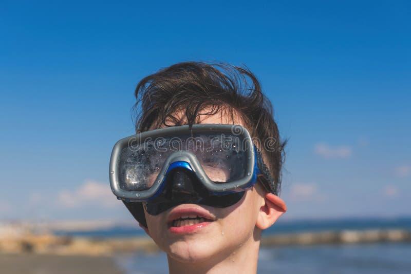 Close-up van jongensgezicht in het snorkelende masker Reis en de zomerconcept Ð ¡ hildren het duiken stock afbeeldingen