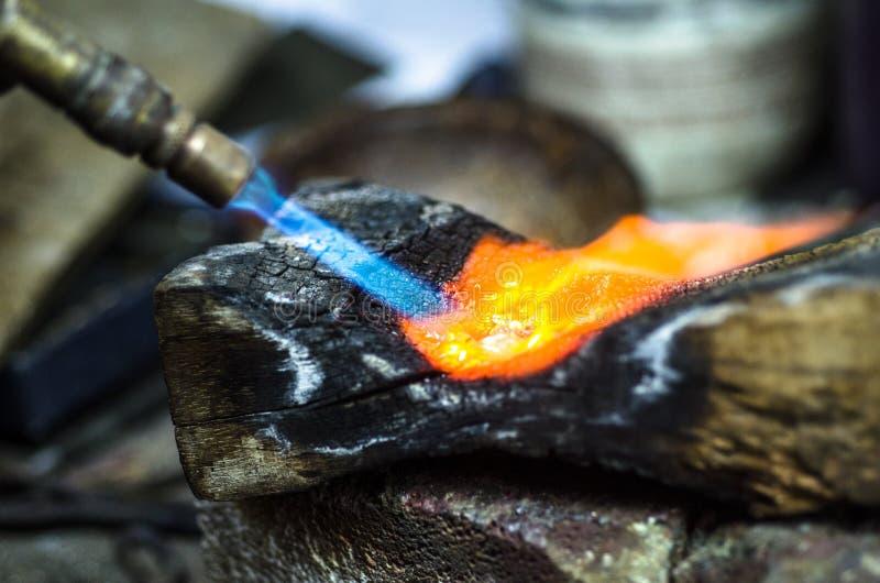 Close-up van juwelenlassen met soldeerlamp stock foto