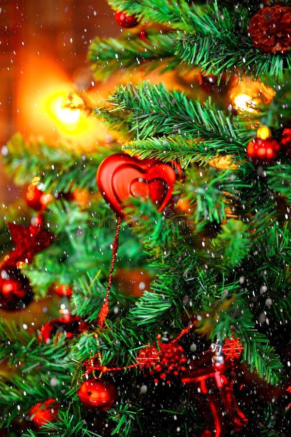 Close-up van Kerstboomachtergrond Van kerstboom achtergrond en Kerstmis decoratie met vage sneeuw, het vonken, het gloeien royalty-vrije stock afbeeldingen