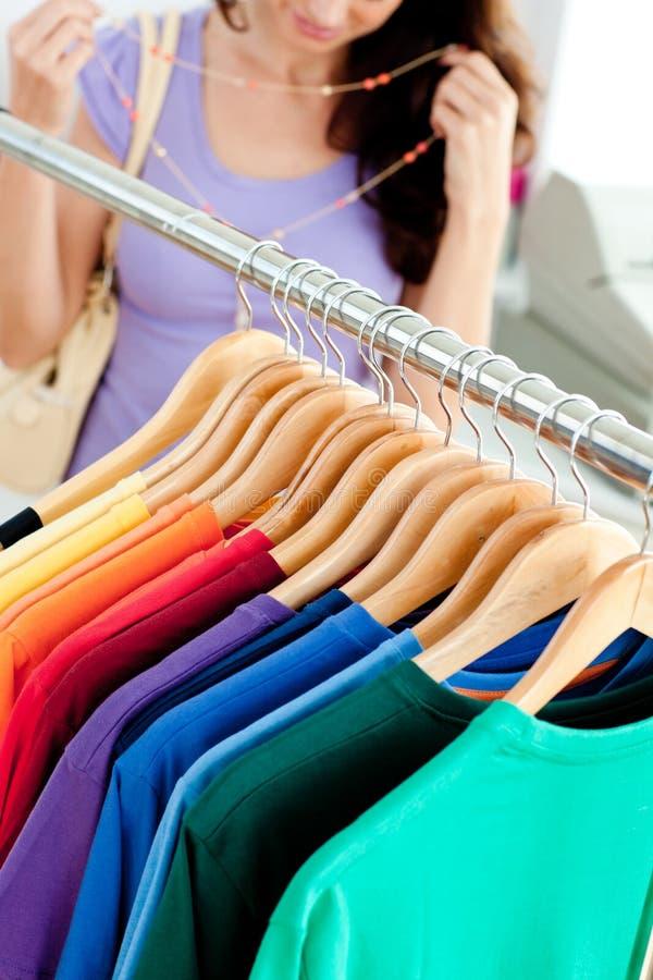 Close-up van kleren met een vrouwelijke klant stock afbeelding