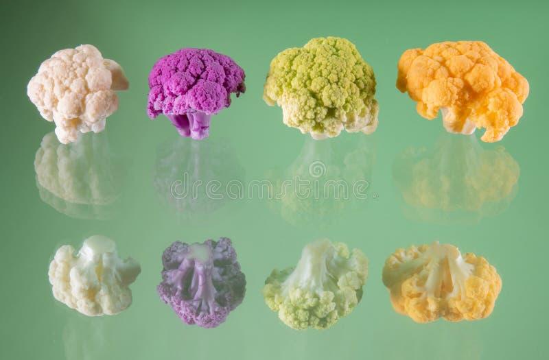 Close-up van kleurrijke bloemkoolboeketten op een groene achtergrond stock foto's
