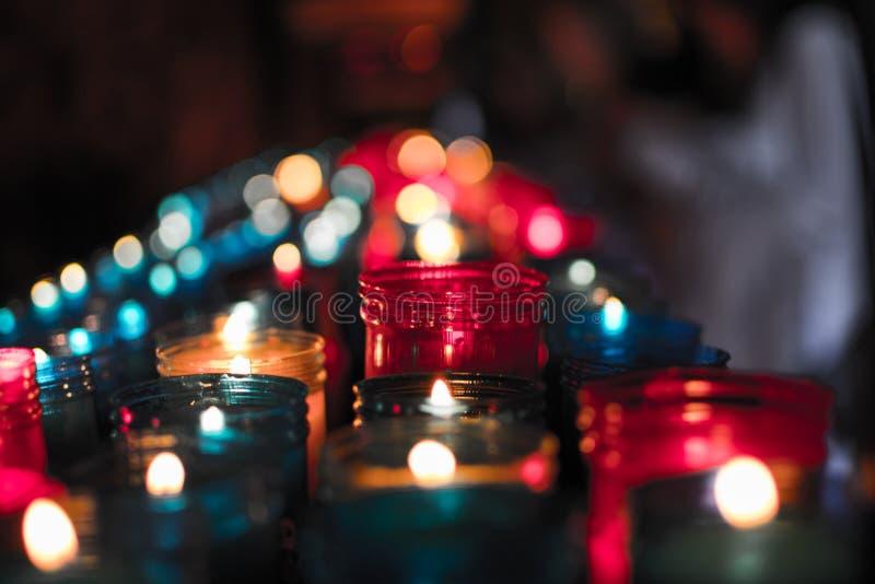 Close-up van kleurrijke kaarsen die in de tunnel van Covadonga, Cangas DE Onis, Asturias, Spanje branden spirituality stock fotografie
