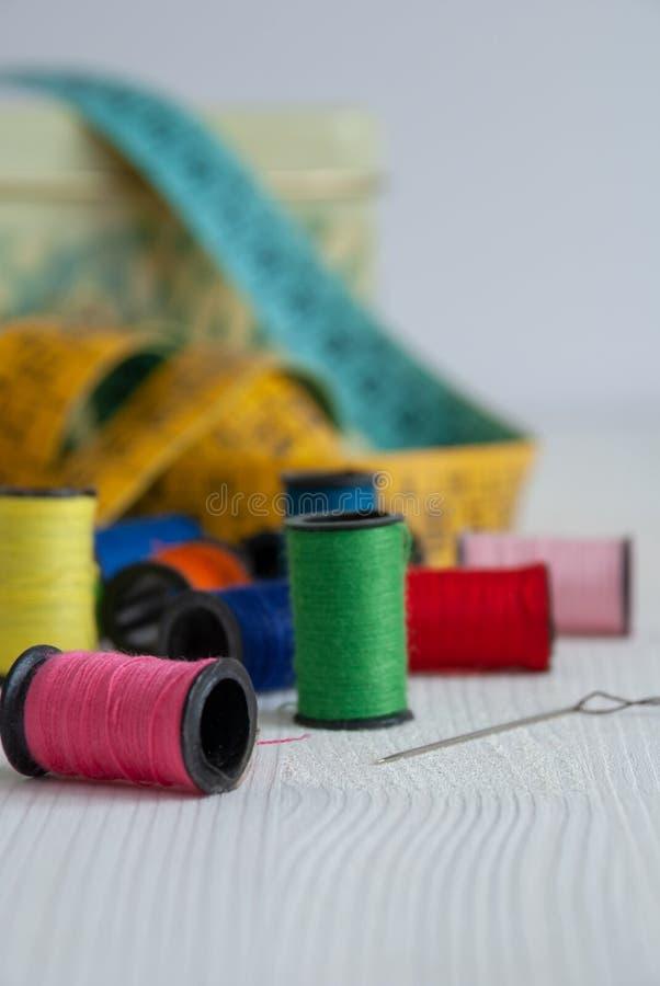 Close-up van kleurrijke naaiende voorwerpen stock fotografie