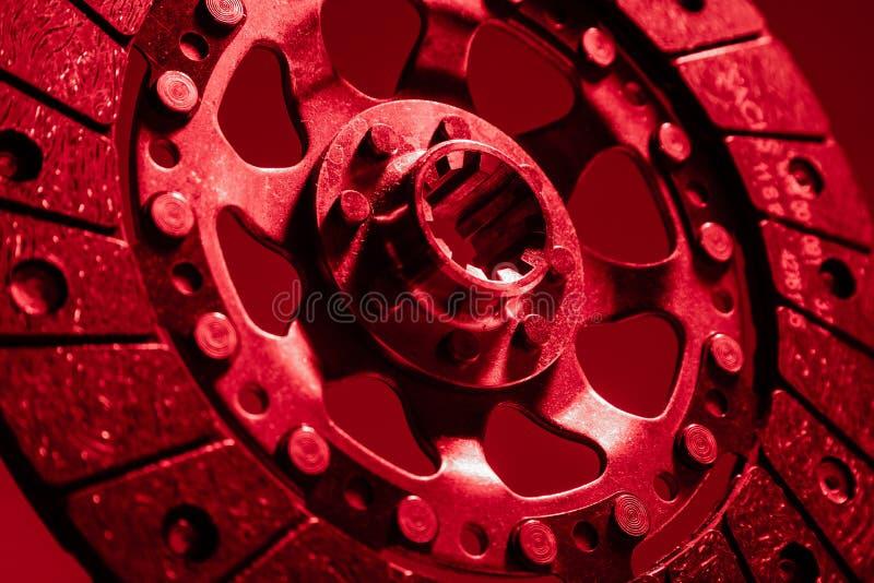 Close-up van koppelingsschijf en mand wordt geschoten op donkere achtergrond die stock afbeeldingen