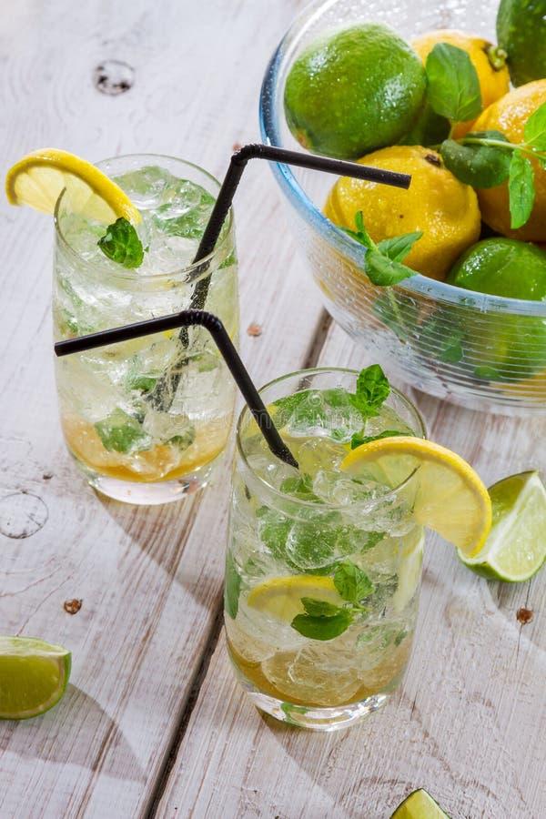 Close-up van koude die drank van citrusvruchten wordt gemaakt stock afbeeldingen