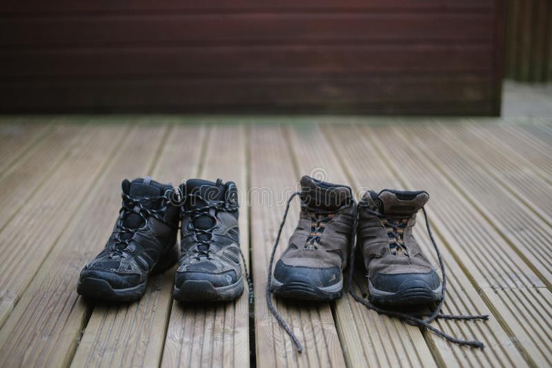 Close-up van laarzen op een houten oppervlakte wordt geschoten die stock fotografie