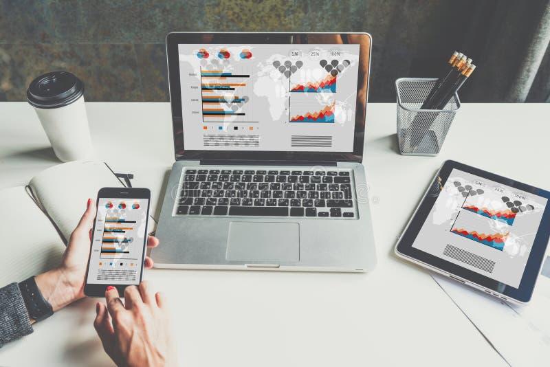 Close-up van laptop en digitale tablet met grafieken, grafieken en diagrammen op het scherm stock foto's
