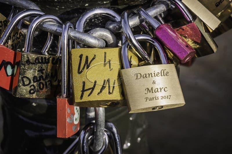 Close-up van liefdesloten in bijlage aan een ketting Parijs, Frankrijk stock afbeeldingen