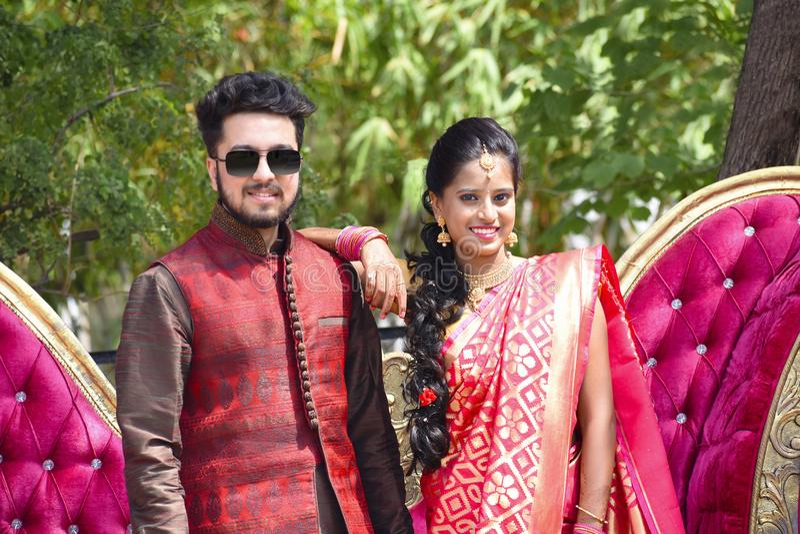 Close-up van man en vrouwenpaar die camera, Pune bekijken royalty-vrije stock fotografie