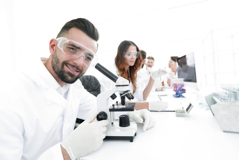 Close-up van mannelijke technicuszitting bij zijn het werken in het laboratorium stock fotografie