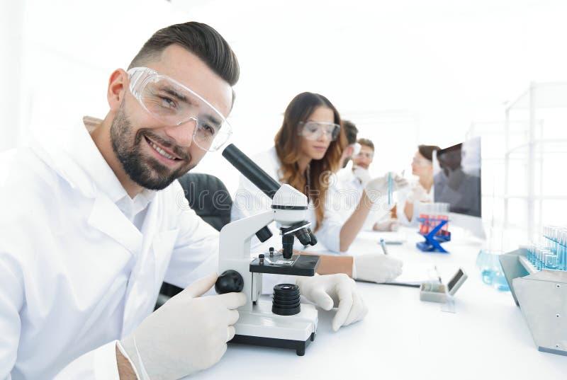 Close-up van mannelijke technicuszitting bij zijn het werken in het laboratorium royalty-vrije stock fotografie