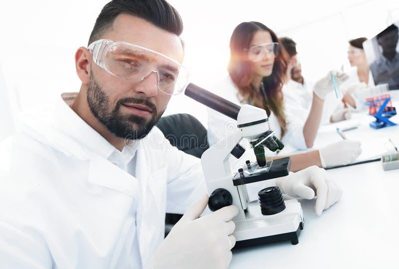 Close-up van mannelijke technicuszitting bij zijn het werken in het laboratorium royalty-vrije stock afbeeldingen