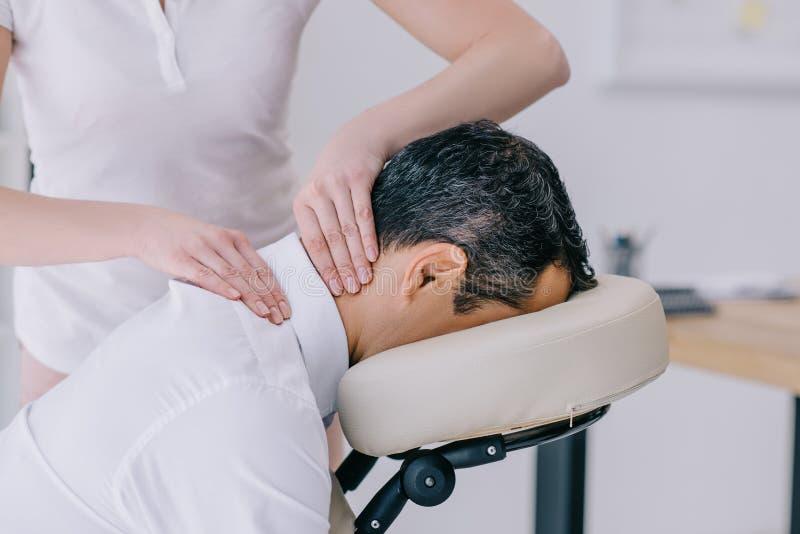 close-up van masseuse wordt geschoten die halsmassage doen die stock fotografie