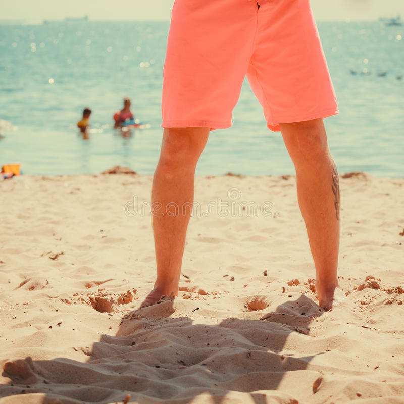 Close-up van menselijke benen op strand stock afbeeldingen