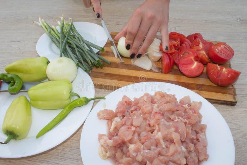 Close-up van Menselijke handen die voedsel, groentensalade in keuken koken royalty-vrije stock foto