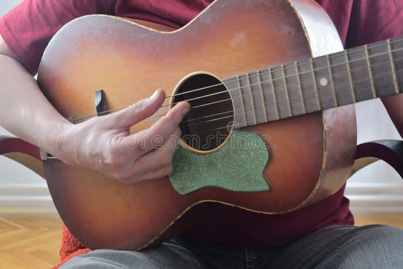 Close-up van mensen` s handen die akoestische gitaar spelen Muzikaal concept royalty-vrije stock afbeelding