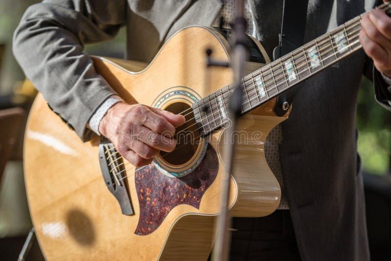 Close-up van mensen` s handen die akoestische gitaar spelen Muzikaal concept royalty-vrije stock foto